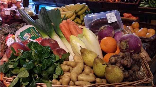 Un panier de primeurs et de produits fermiers - Panier legumes strasbourg ...